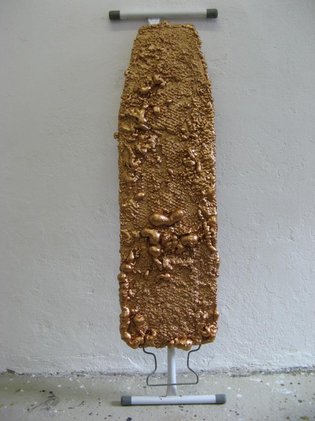 © Wilhelm Roseneder. Bronzene Erweiterung/Bronzen expansion, 2005/2009. Polyurethan, Acryllack auf Metall (Bügelbrett/)Polyurethane, acrylic varnish on metal (ironing-board), 1.28x35x86 cm