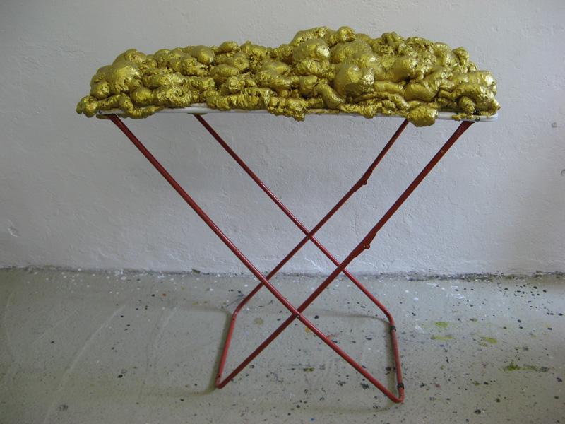 © Wilhelm Roseneder. Goldene Erweiterung/Golden expansion, 2005/2009. Polyurethan, Acryllack auf Metall (Wäschetrockner)/Polyurethane, acrylic varnish on metal (clothes-dryer), 1.11x1,12x60