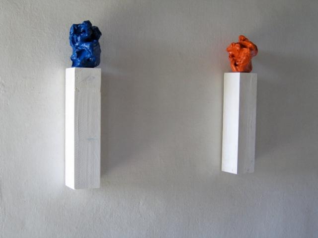 © Wilhelm Roseneder. Großer blauer Kunstgriff, 2003. Orangener Kunstgriff, 2004. Ungebrannter Ton, Lack, Konsole/Varnish on non-fired clac, console, ca. 20 cm high.  Artfarm Pilastro. Pilastro di Bonavigo, Verona, Italy, 2006