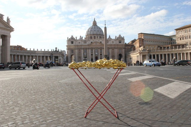 © Renate Egger and Wilhelm Roseneder. Goldene Erweiterung/Golden expansion. Street art project. Artist in Residence. Vatican, Rome, Italy, October 2011