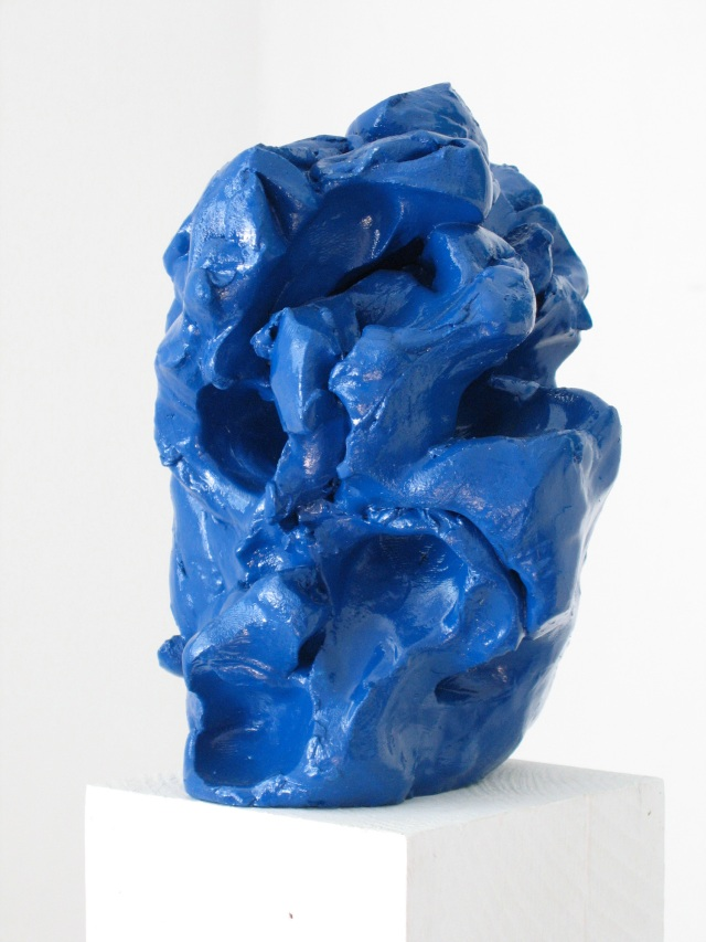 © Wilhelm Roseneder. Grosser blauer Kunstgriff, 2003. Ungebrannter Ton, Lack/Varnish on non-fired clay, ca. 20 cm high