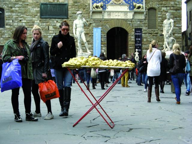 © Renate Egger and Wilhelm Roseneder. Goldene Erweiterung/Golden expansion. Street art project. Florence, Italy 2011