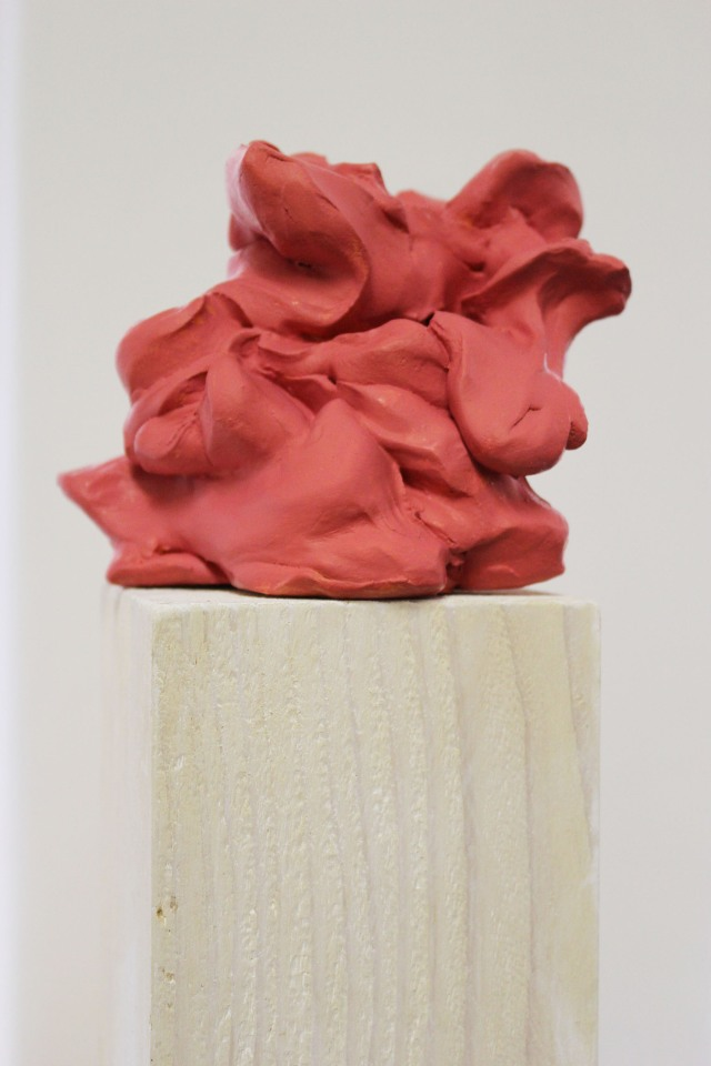 © Wilhelm Roseneder. Rosa Kunstgriff, 2002-2006. Ungebrannter Ton, Acryllack, Stele/Acrylic varnish on non-fired clay, ca. 20 cm