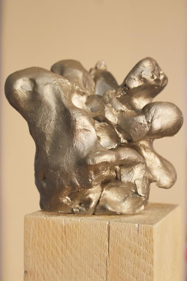 © Wilhelm Roseneder. Silberner Kunstgriff, 2002-2006. Ungebrannter Ton, Acryllack, Stele/Acrylic varnish on non-fired clay, ca. 20 cm