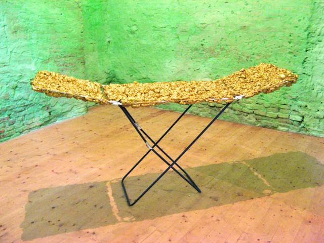 © Wilhelm Roseneder. Goldene Erweiterung II/Golden expansion II, 2009. Polyurethan, Acryllack auf Metall (Wäschetrockner)/Polyurethane, acrylic varnish on metal (airiel drier), 2.00x93x56 cm. Pilastro di Bonavigo, Verona, Italy 2011