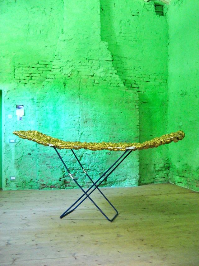 © Wilhelm Roseneder. Goldene Erweiterung II/Golden expansion II, 2009. Polyurethan, Acryllack auf Metall (Wäschetrockner)/Polyurethane, acrylic varnish on metal (clothes-dryer), 2.00x93x56 cm. Artfarm Pilastro. Pilastro di Bonavigo, Verona, Italy 2011
