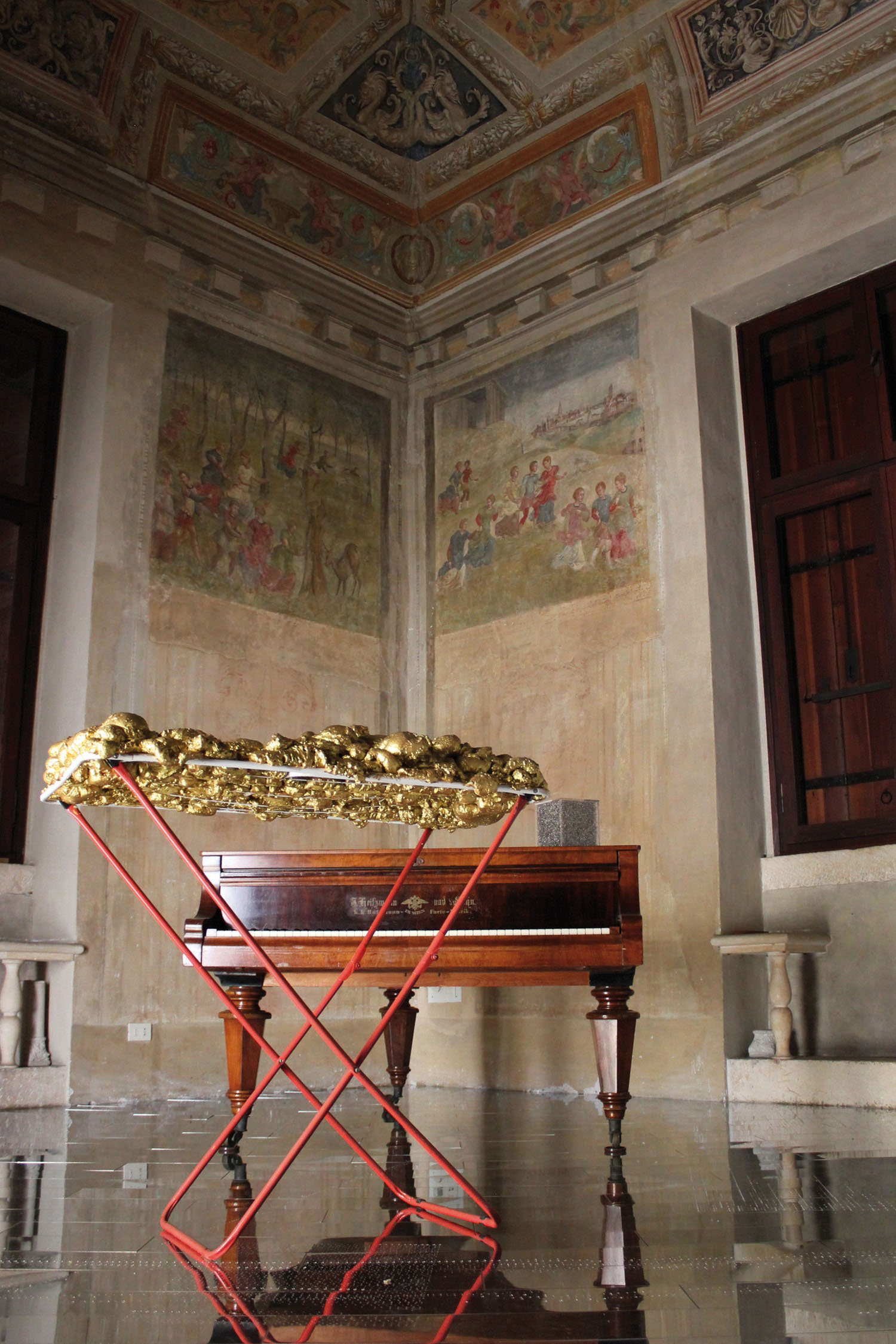 © Wilhelm Roseneder. Goldene Erweiterung/Golden expansion, 2005/2009. Villa Pisani Bonetti, 2012. Skulptur. Polyurethan, Acryllack auf Metall (Wäschetrockner)/Sculpture. Polyurethane, acrylic varnish on metal (clothes-dryer), 1.11x1.12x60 cm