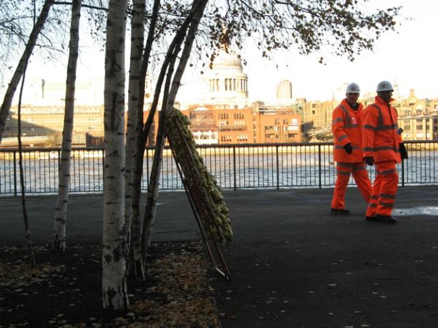 © Renate Egger and Wilhelm Roseneder. Goldene Erweiterung/Golden expansion. Street art project. Tate Modern. London, UK  2010
