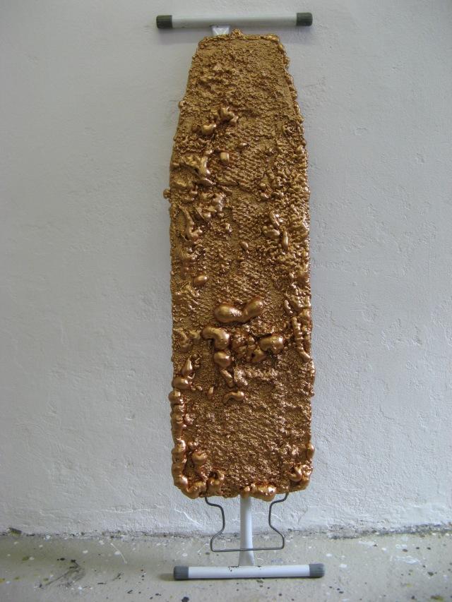 © Wilhelm Roseneder. Bronzene Erweiterung I/Bronzen expansion I, 2005/2009. Polyurethan, Acryllack auf Metall (Bügelbrett)/Polyurethane, acrylic varnish on metal (ironing board), 1.30x37x13 cm