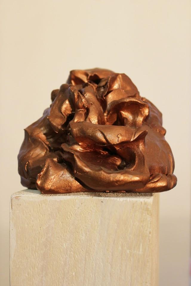 © Wilhelm Roseneder. Bronzener Kunstgriff, 2002-2006. Ungebrannter Ton, Lack, Stele/Varnish on non-fired clay, stele ca. 20 cm