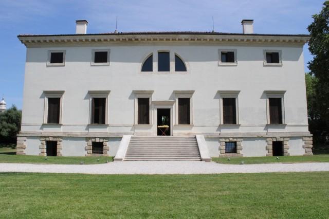 © Wilhelm Roseneder. Goldene Erweiterung/Golden expansion, 2005/2009. Villa Pisani Bonetti. Vicenza, Italy 2012. Skulptur. Polyurethan, Acryllack auf Metall (Wäschetrockner)/Sculpture. Polyurethane, acrylic varnish on metal (clothes-dryer), 1.11x1.12x60 cm
