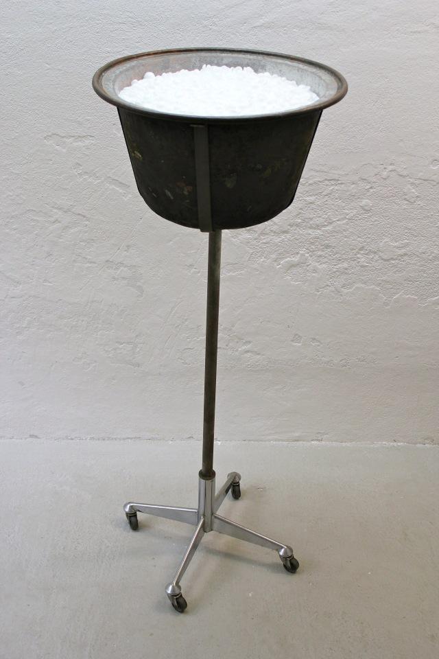 © Wilhelm Roseneder. Inhalt/Content, 1994. Kupferkessel, Styropor/Copper kettle, styropor
